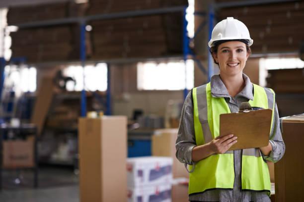 zorgen voor levering met een glimlach - warehouse worker stockfoto's en -beelden