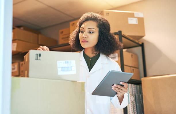 att säkerställa att lager kommer fram i tid varje gång - sjukvårdsrelaterat material bildbanksfoton och bilder