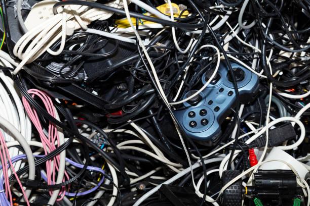 entangled heap of electronic scrap - sprzęt elektroniczny zdjęcia i obrazy z banku zdjęć