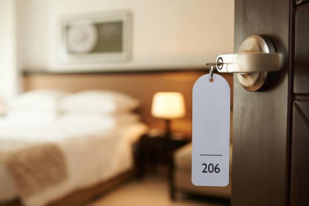 wchodząc do hotel pokoju - motel zdjęcia i obrazy z banku zdjęć