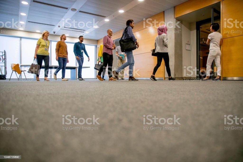 Entrar en el aula - foto de stock