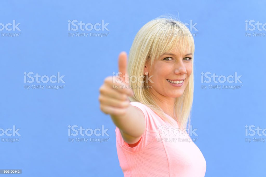 Motiviert begeisterten Frau gibt ein Daumen hoch - Lizenzfrei Abmachung Stock-Foto