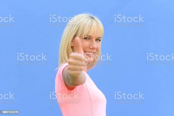 Entusiastiska Motiverade Kvinna Ger En Tumme Upp-foton och fler bilder på Beundran