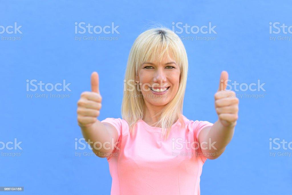Enthousiaste gemotiveerde vrouw geven van een duim omhoog - Royalty-free Advies Stockfoto