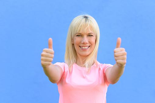 Enthousiaste Gemotiveerde Vrouw Geven Van Een Duim Omhoog Stockfoto en meer beelden van Advies
