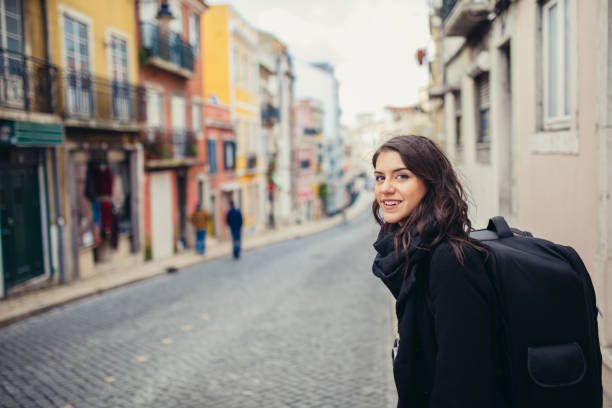 begeisterte reisende frau straßen der hauptstadt europas. tourismus in lissabon, portugal. - lissabon reise stock-fotos und bilder