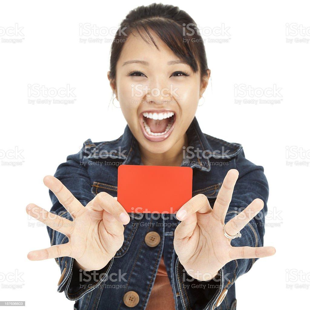 Enthusiastische junge asiatische Frau mit leeren Geschenkkarte – Foto