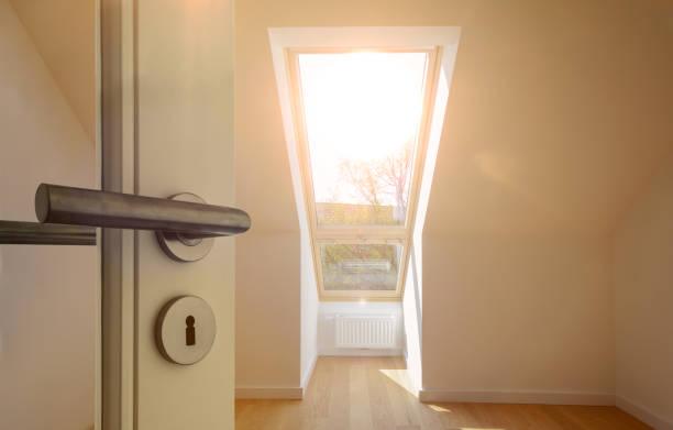 Eingangstür in eine Wohnung im obersten Stockwerk in einem Wohngebiet Dach bauen – Foto