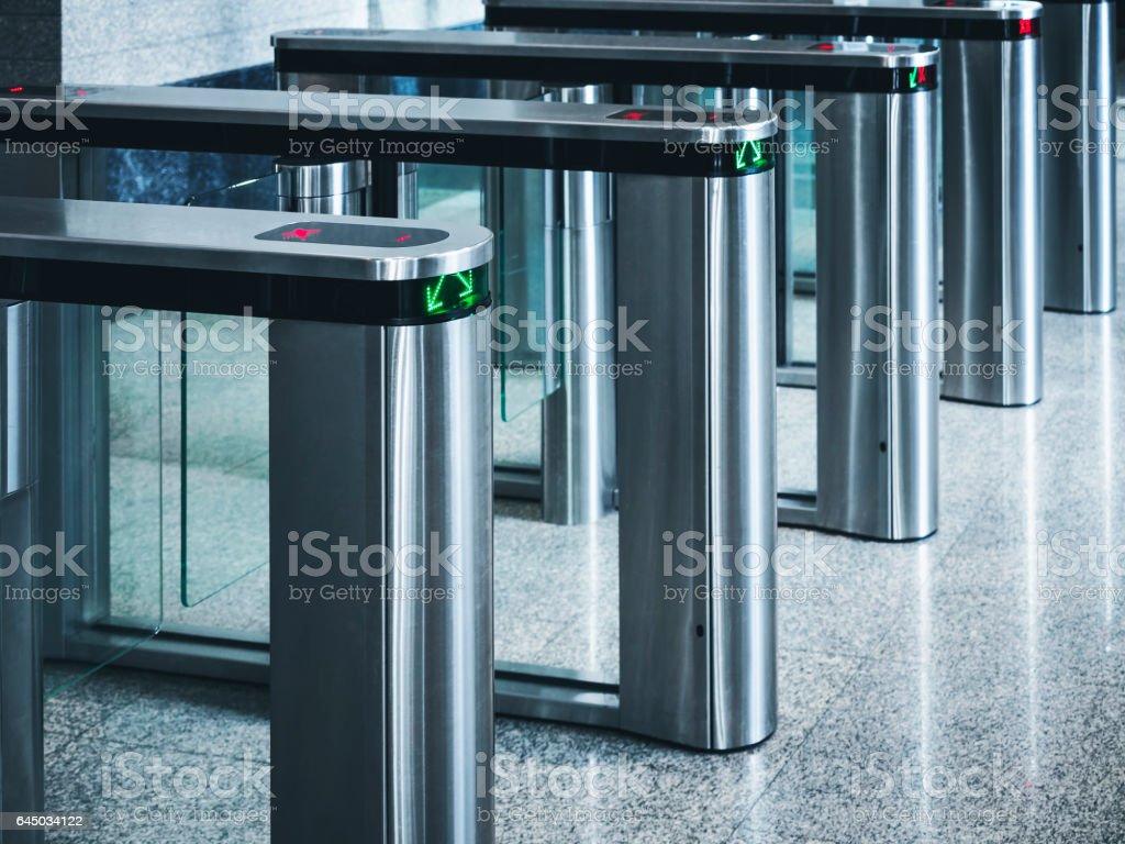 Sistema de segurança de acesso do edifício de cartão de portão de entrada - foto de acervo