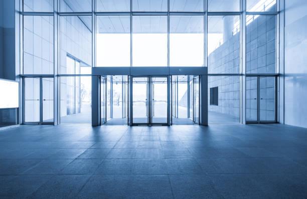 Eingangshalle und leere Bodenfliese, Innenraum – Foto