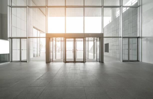 Eingangshalle und leere Bodenfliesen, Innenraum – Foto