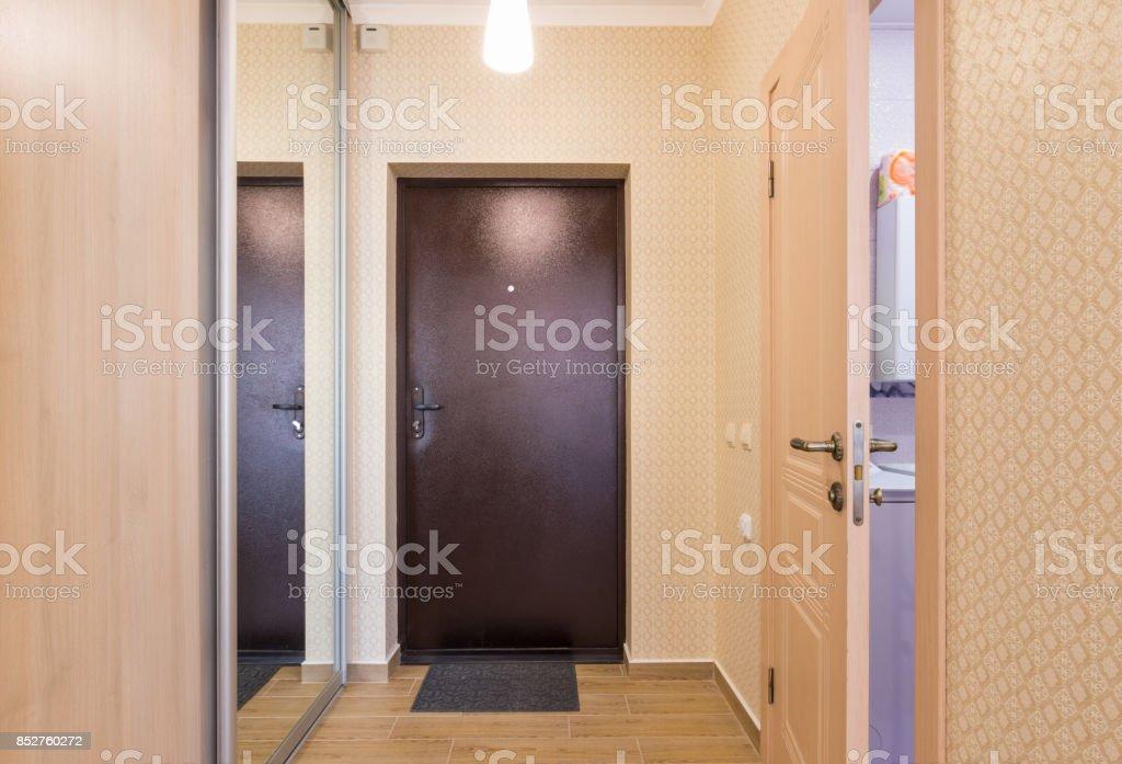 Eingangsbereich Interieur Eingangstür Einbauschränke Und Eine Offene ...