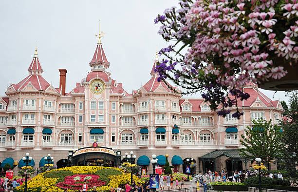 eingang in disneyland paris - fantasie disney stock-fotos und bilder