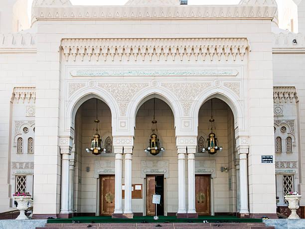 eingang der jumeirah moschee, dubai - jumeirah stock-fotos und bilder