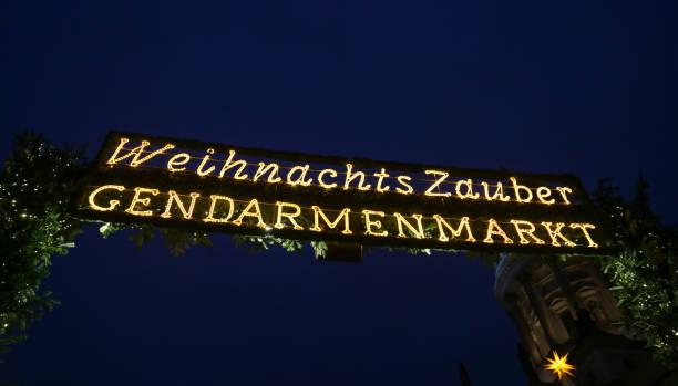 eingang der weihnachtsmarkt gendarmenmarkt, berlin, deutschland - weihnachtsmarkt am gendarmenmarkt stock-fotos und bilder