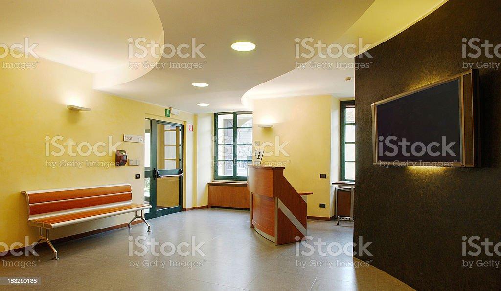 Entrée dun bureau moderne avec banc et maxi à écran plat u2013 photos et
