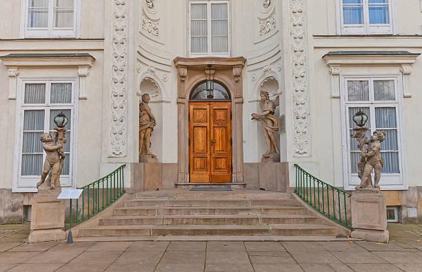 eingang des myslewicki palace (1779) in warschau, polen - vorbau dekor stock-fotos und bilder