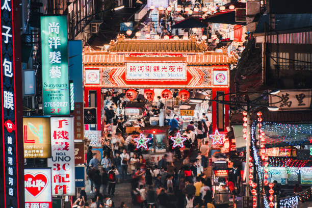 TAIPEI - TAIWAN, MAY 11, 2019: Entrance of Raohe Street Night Market in Taipei. on May 11. Raohe Night Market is popular among tourists. TAIPEI - TAIWAN, MAY 11, 2019: Entrance of Raohe Street Night Market in Taipei. on May 11. Raohe Night Market is popular among tourists. night market stock pictures, royalty-free photos & images
