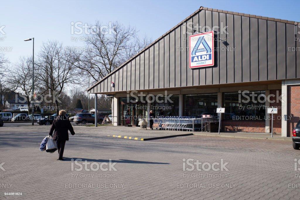 entrada de las tiendas de descuento Aldi Nord en Berlín - foto de stock