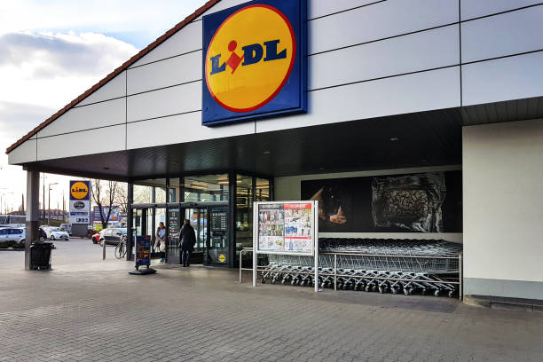 entrance of the lidl store - lidl foto e immagini stock