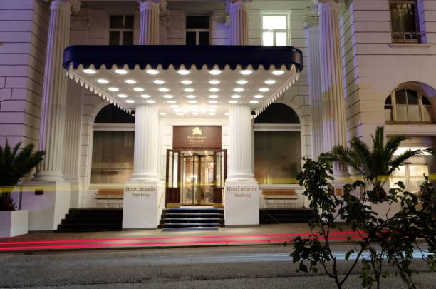 eingang des prestigeträchtigen hotels atlantic in hamburg deutschland europa in hamburg bei nacht fotografiert am 2017.07.09 - hotel stadt hamburg stock-fotos und bilder