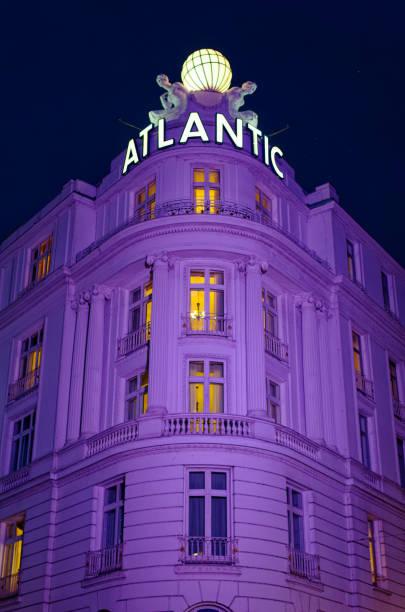 eingang des prestigeträchtigen hotels atlantic in hamburg - hotel stadt hamburg stock-fotos und bilder
