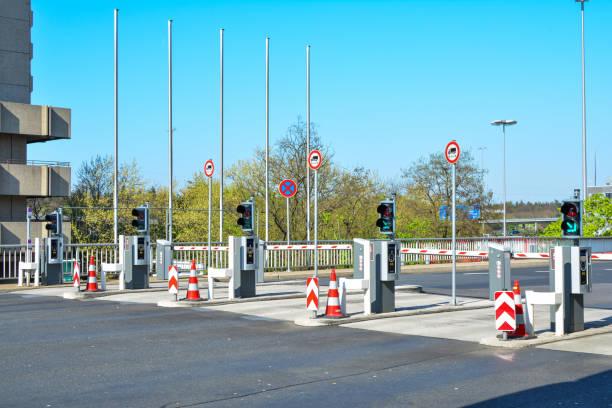 eingang der parkgarage - parkhaus frankfurt stock-fotos und bilder
