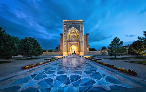 toegangsportaal naar gur-e-amir mausoleum in samarkand, oezbekistan - mausoleum stockfoto's en -beelden