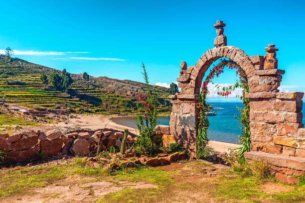 ペルーのティチカカ湖のタキール島の内部に通じる入り口の石のアーチ。 - チチカカ湖 ストックフォトと画像