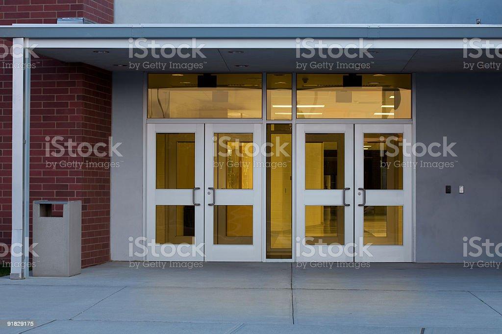 Eingang zu einem modernen Public School Gebäude mit Beleuchteter Innenraum – Foto