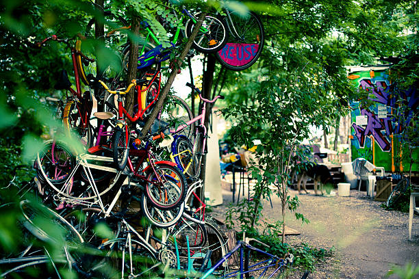 eingang zum eine wiederverwendung workshop für fahrräder - kreuzberg stock-fotos und bilder