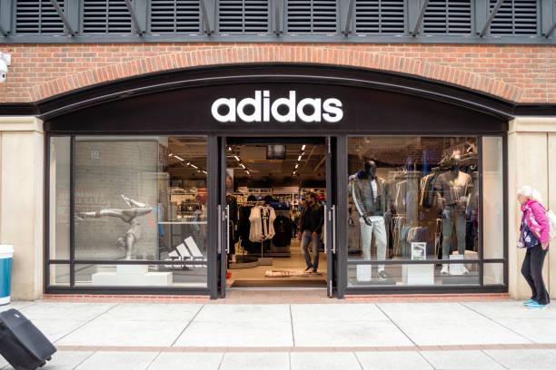 Eingang zum Adidas-Shop im modernen Einkaufszentrum – Foto