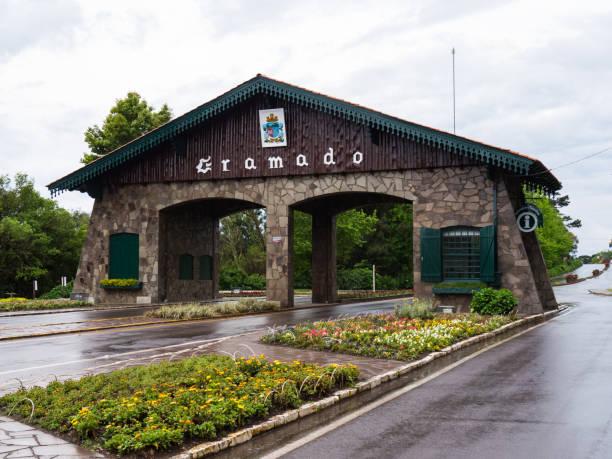 entrada para a cidade de gramado, em gramado, rio grande do sul, brasil - rio grande do sul - fotografias e filmes do acervo