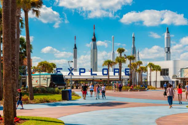 eingang zum kennedy space center in cape canaveral florida - kennedy space center stock-fotos und bilder