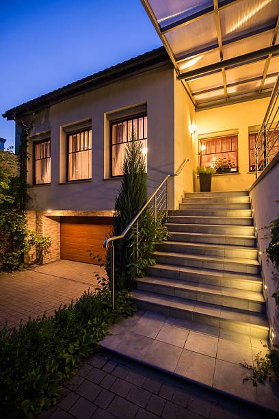 eingang zum moderne einfamilienhaus - treppe außen stock-fotos und bilder