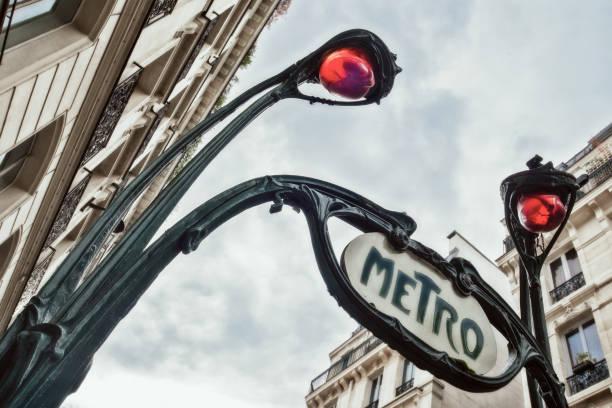 Eingang zur U-Bahn-Station der Pariser U-Bahn, die von Hector Guimard im Jugendstil entworfen wurde, Paris Frankreich. – Foto