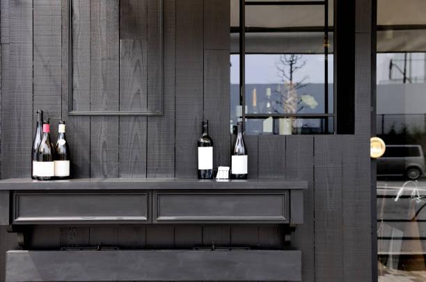 eingang zum modernen restaurant mit textfreiraum - mini weinflaschen stock-fotos und bilder