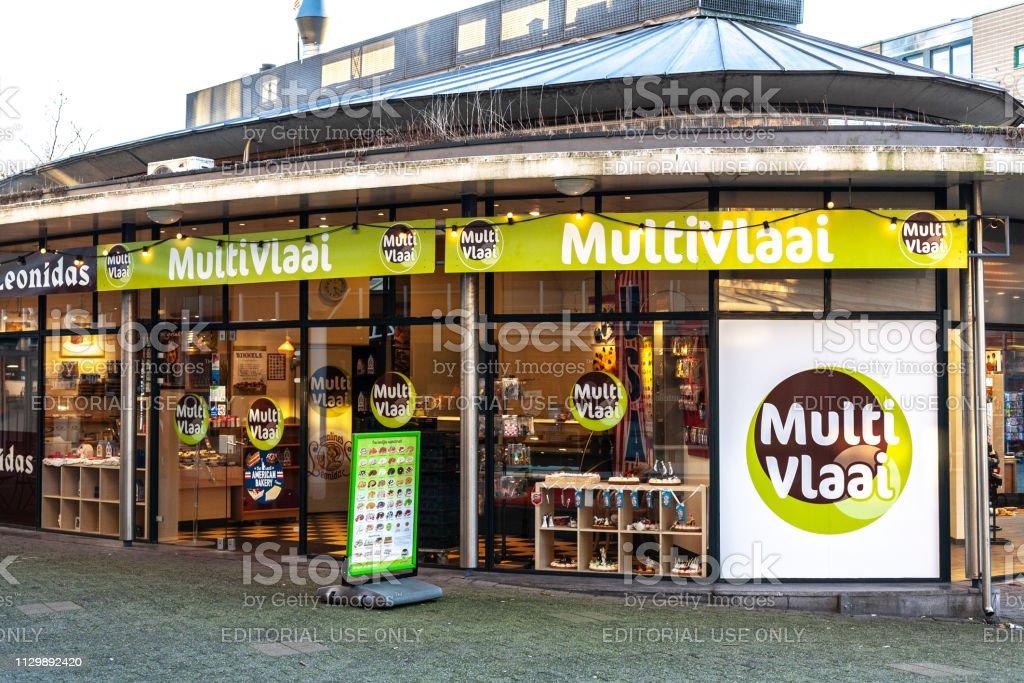 Ingang van de winkel van de Multi Vlaai bij Amersfoort, Nederland, waar mensen cakes - 2019 kopen kunnen foto