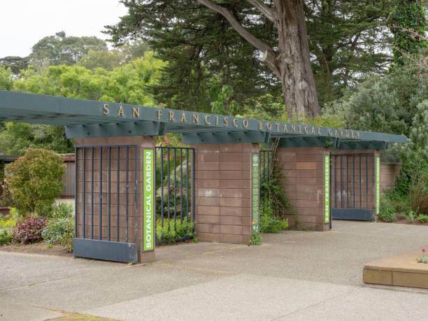 eingang zum botanischen garten san francisco - garagen pergola stock-fotos und bilder