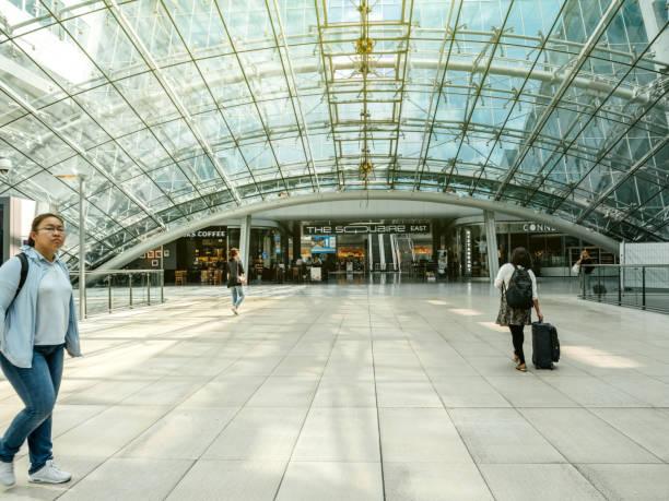 ingang van de luchthaven van frankfurt squaire kantoorgebouw - luchthaven frankfurt am main stockfoto's en -beelden