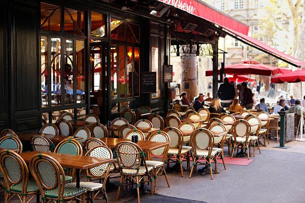 street café in paris - mittagspause schild stock-fotos und bilder
