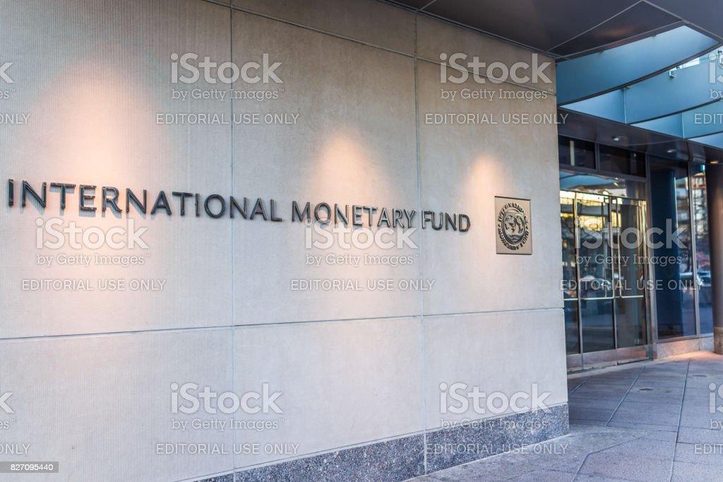 Entrada do IMF com sinal do Fundo Monetário Internacional e o logotipo - foto de acervo