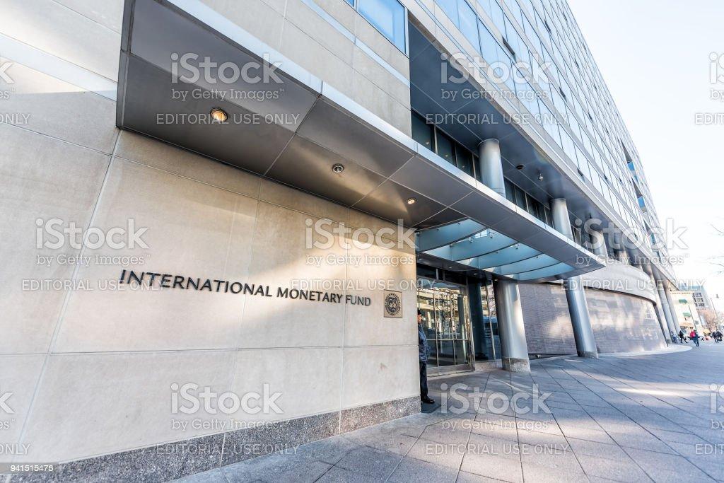 Entrada do IMF com sinal do Fundo Monetário Internacional, a arquitetura de concreta construção de portas de segurança de parede foto royalty-free