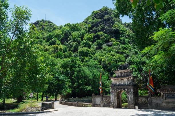 eingang zur alten hauptstadt hoa lu in nordvietnam - holu stock-fotos und bilder
