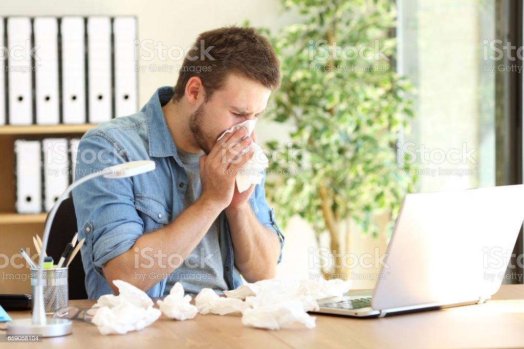 Unternehmer mit einem Tuch im Büro weht – Foto