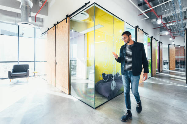 entrepreneur in co-working office - coworking imagens e fotografias de stock