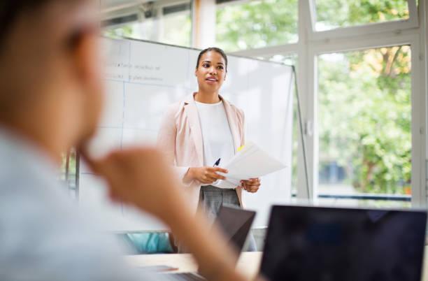 Unternehmer, die neue Ideen mit Team teilen – Foto