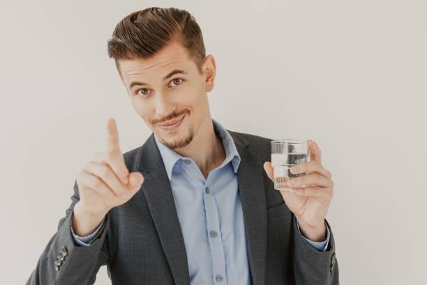 unternehmer zahlen aufmerksamkeit geste zeigt - leitungswasser trinken stock-fotos und bilder