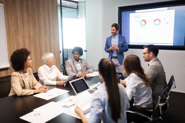 Unternehmer und Geschäftsleute treffen sich im Besprechungsraum – Foto