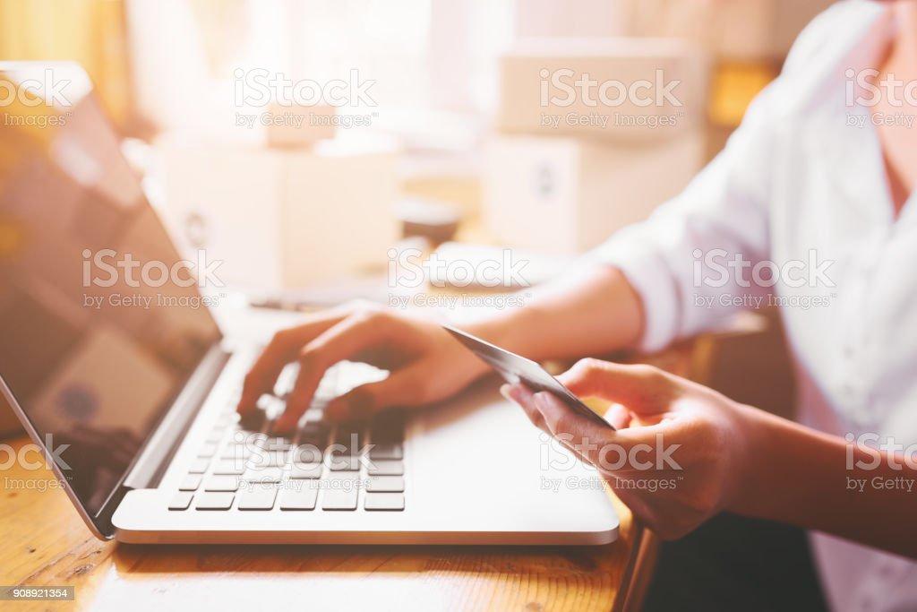 Unternehmer Frauen Händen mit Kreditkarte. – Foto